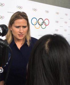 Angela Ruggiero répond aux journalistes.